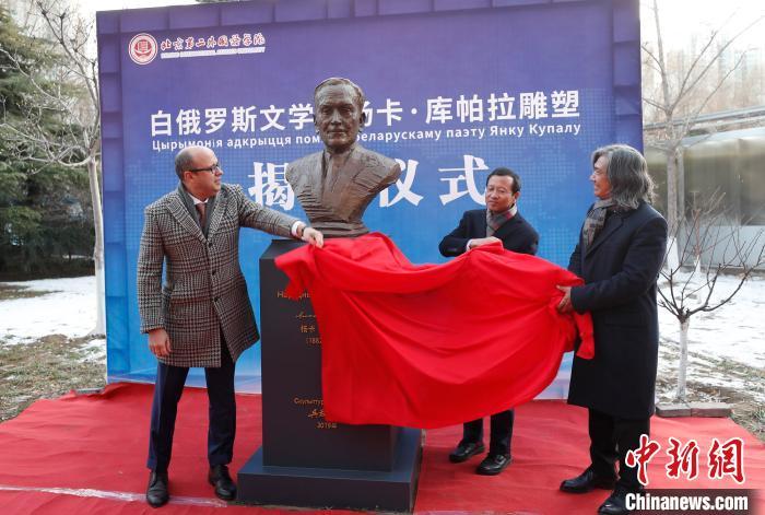吴为山雕塑白俄罗斯诗人青铜像在京落成